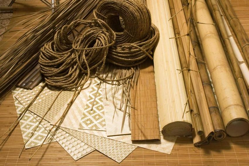 Сырьём для производства бамбуковых полотен служат стебли растения, которые в процессе обработки расщепляются на тонкие фрагменты и просушиваются особым образом