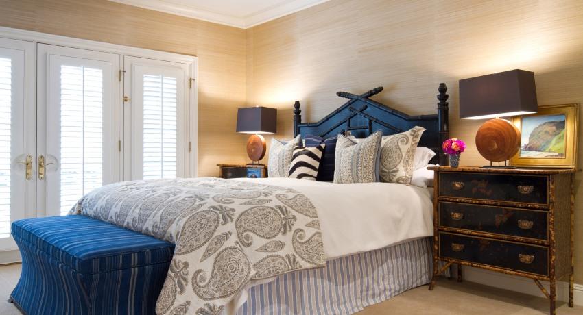 Частичное оформление стен бамбуковыми обоями придаст помещению шарма и уютного домашнего тепла