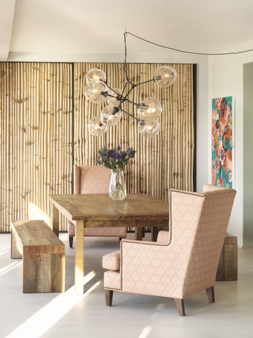 Фактура и интересный окрас бамбуковых обоев дают возможность зонировать пространство, выделять отдельные элементы интерьера