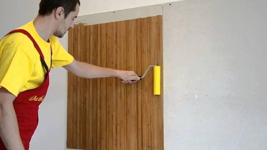 Так как бамбуковое полотно прочное и тяжелое, приклеив на стену его обязательно нужно прокатать резиновым валиком