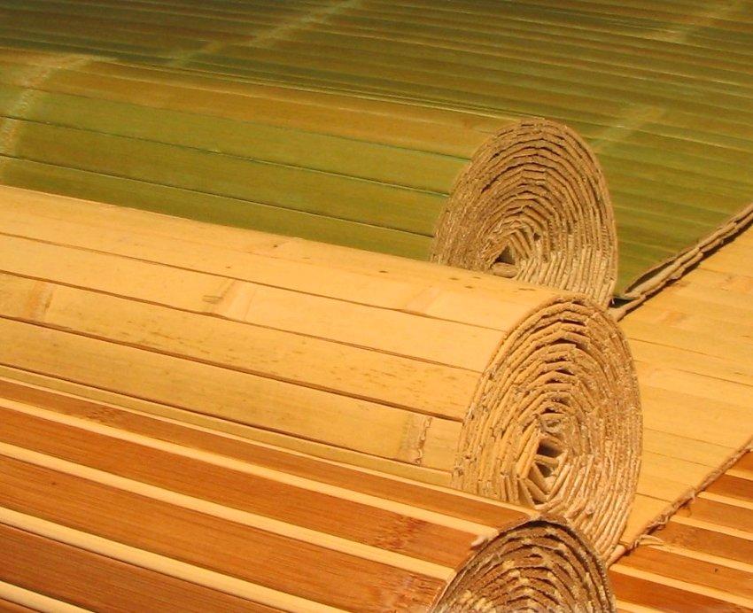 Перед началом работ необходимо раскатать рулон обоев из бамбука на ровной поверхности и оставить их полежать в комнате на пару часов для того, чтобы материал принял климатические условия помещения