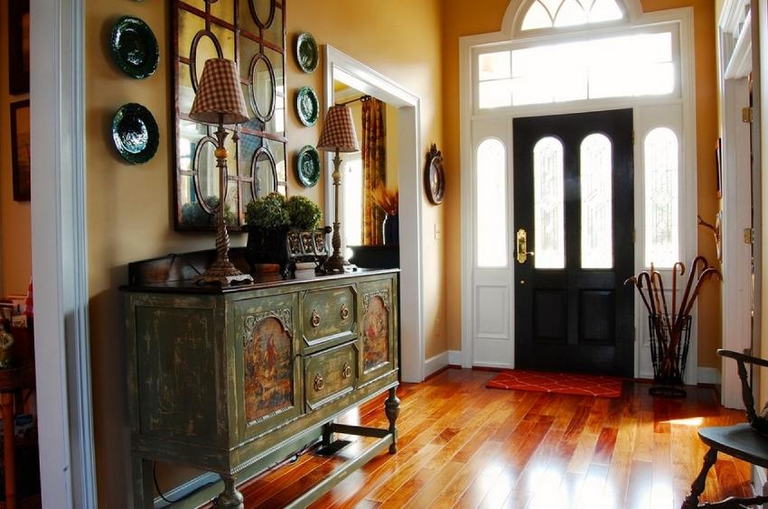Для того чтобы оформление коридора было наиболее удачным, необходимо определиться с цветовой гаммой и правильно сочеть тона