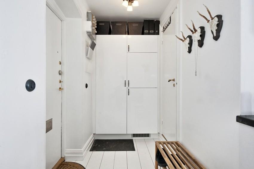 Если в коридор выходит несколько межкомнатных дверей, они должны быть оформлены одинаково, еще лучше, если их цвет будет совпадать с оттенком стен, чтобы не выделяться на общем фоне