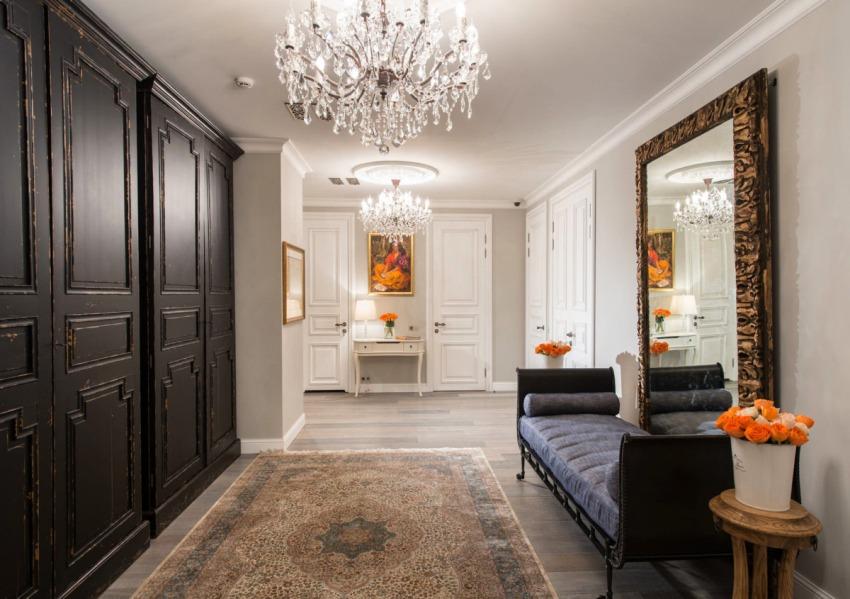 При помощи освещения пространство коридора визуально можно изменить, например сделать комнату шире и скрыть некоторые изьяны