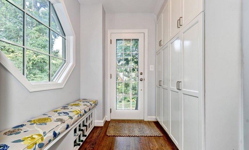 Если стены прихожей оформлены в пастельных тонах, то белоснежная мебель гармонично вольется в создание легкого и элегантного интерьера