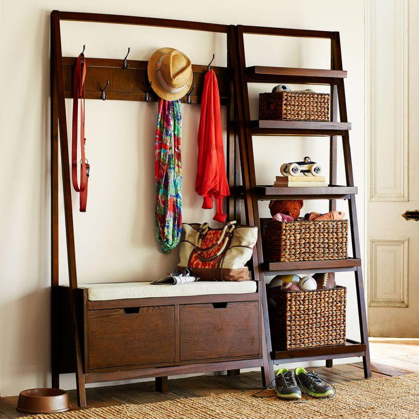Для слишком узкой прихожей шкаф можно заменить на оригинальную напольную вешалку