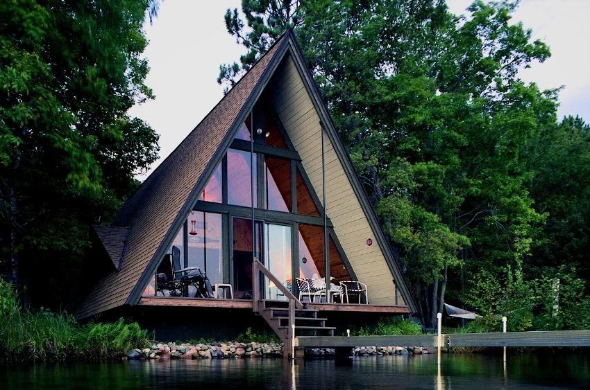 В доме по типу шалаш отсутствуют стены, заменяет их увеличенная в размерах крыша, под которой расположены жилые комнаты