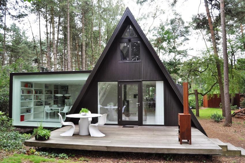 Важным преимуществом дома-шалаша является экономия пространства, благодаря треугольному типу постройки, которая к тому же не будет заслонять солнце растениям