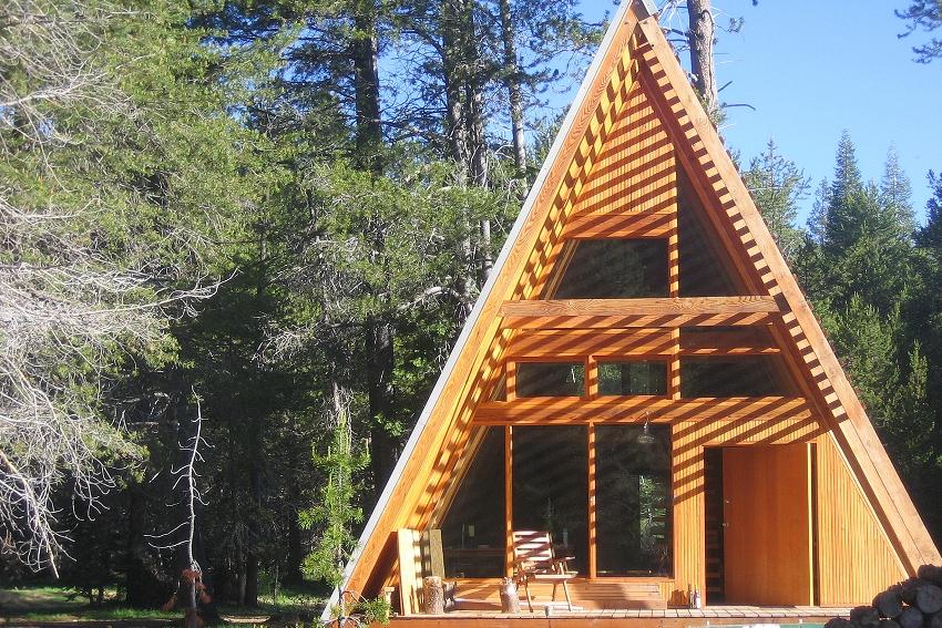 При всей своей простоте треугольное здание имеет оригинальный вид, лаконичные формы, а излом верхней стены подчеркивает своеобразие и уют