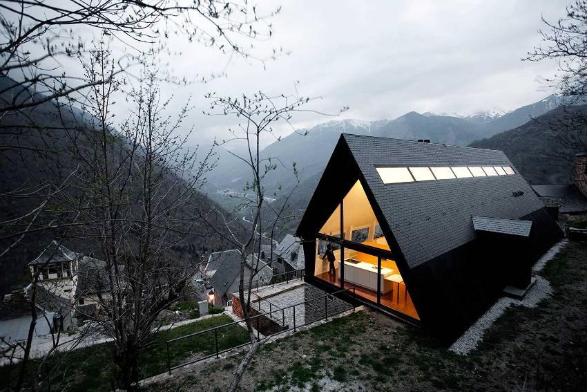 Двухскатная крыша, доходящая до самого фундамента или цоколя – это самый подходящий вариант для регионов с влажным климатом