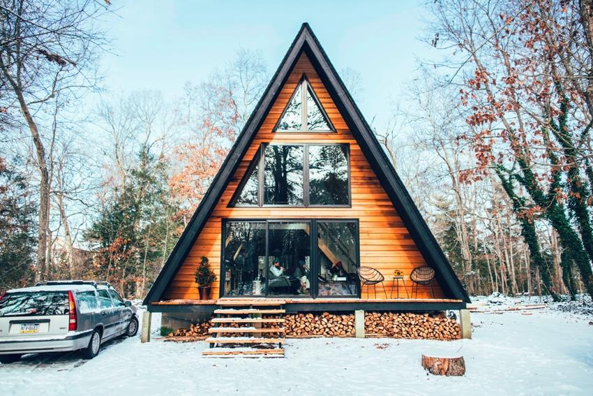 По сути дом-шалаш состоит из повторяющихся конструкций, а именно деревянных рам, которые напоминают букву «А»