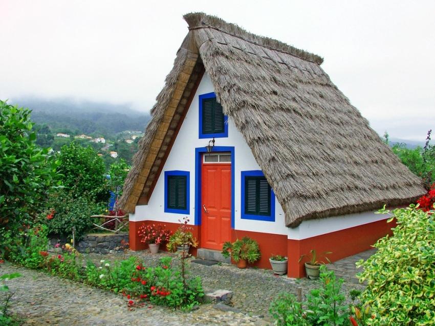Оригинальный внешний вид дома по типу шалаш прекрасно гармонирует с сельской местностью