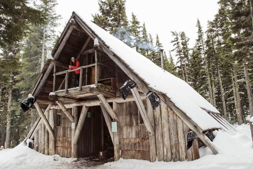 Чтобы в доме-шалаше было комфортно зимой, крышу необходимо тщательно утеплять