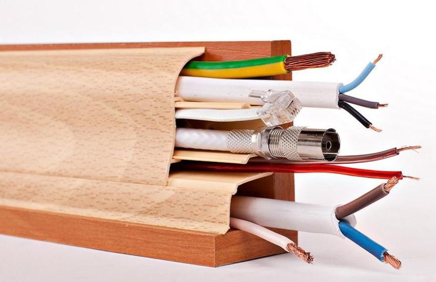 На рынке представлено множество конструкций коробов плинтусного типа, которые помогают проложить проводку не заметно