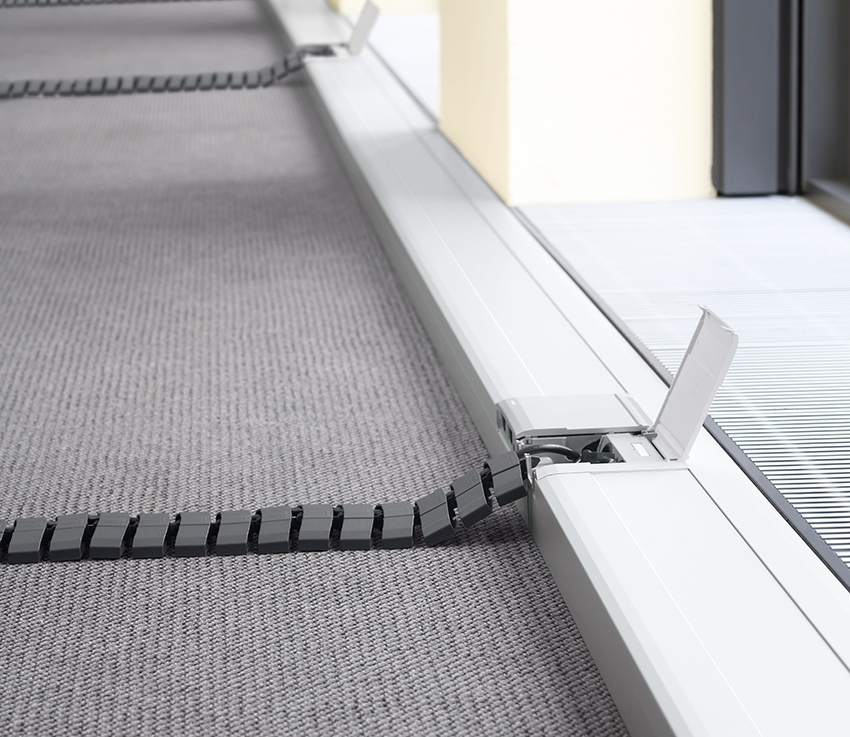 Если требуется подвести проводку к объекту, который располагается далеко от стен часто используют гибкие кабель-каналы