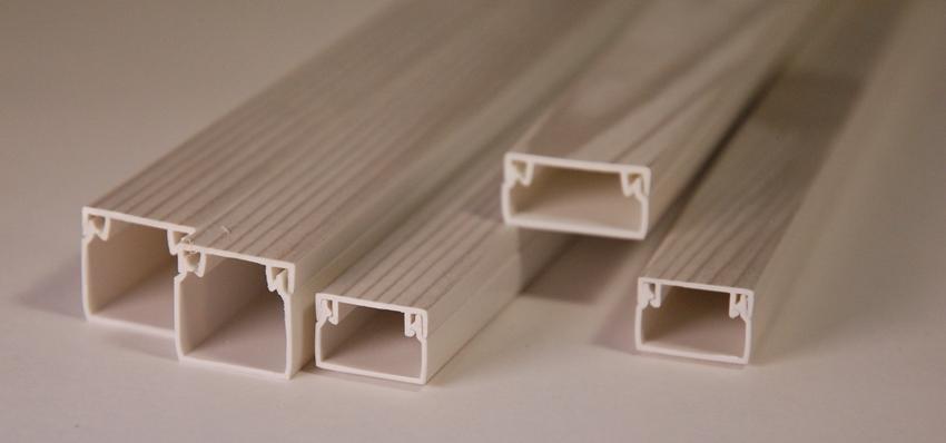 Кабель-каналы из пластика чаще всего используют в жилых или офисных помещениях