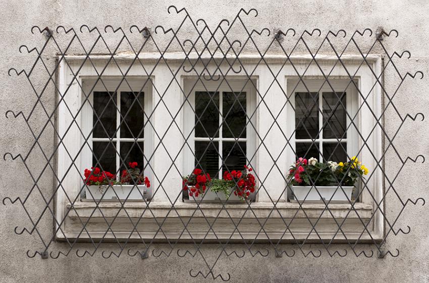 Декоративная кованая решетка на окна с наружным креплением