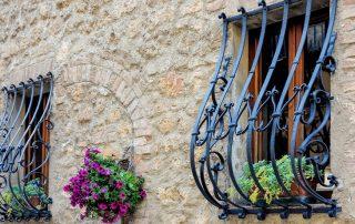 Кованые решетки на окна: украшение и надежная защита дома