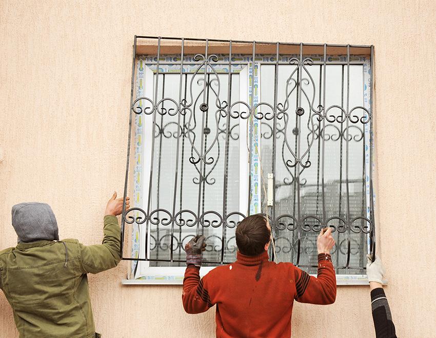 Процесс монтажа кованой решетки на окно