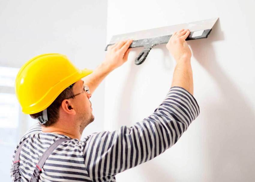 Перед покраской стены нужно полностью очистить от предыдущего покрытия, при необходимости выровнять стены и нанести финишный слой шпаклевки