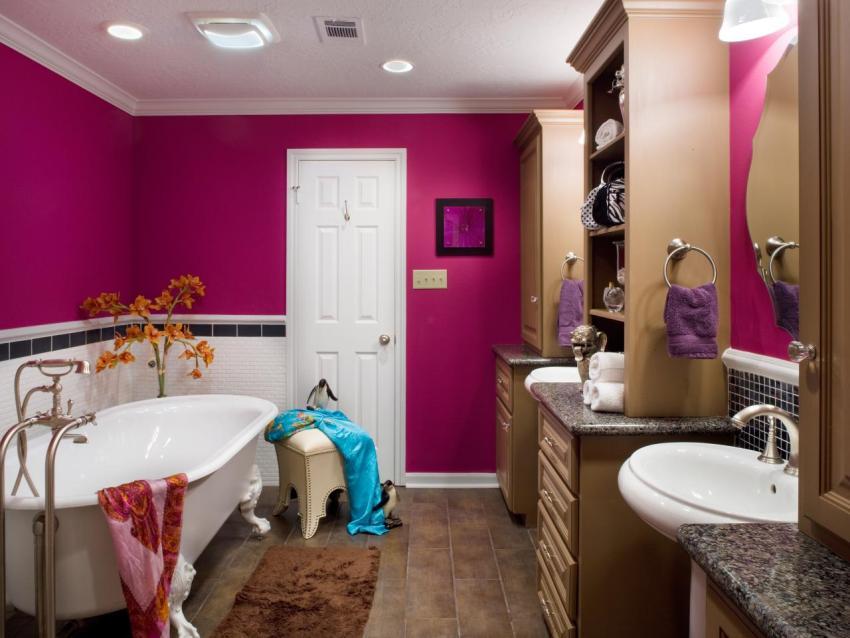 Стильное сочетание в ванной яркого бордового и нежного бежевого оттенков краски