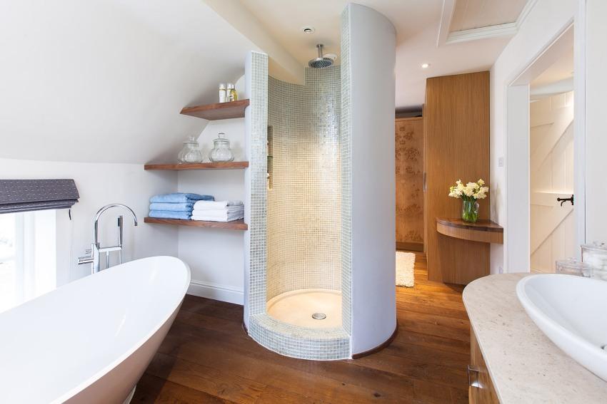 Стены ванной в мансардном помещение окрашены белой водостойкой краской