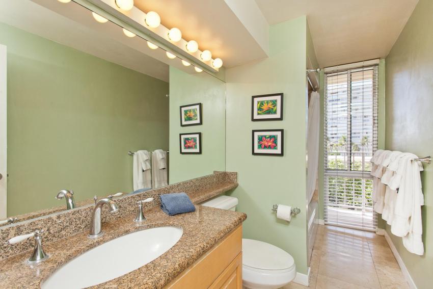 Использование зеркал и светлые оттенки покрытий стен визуально расширят комнату