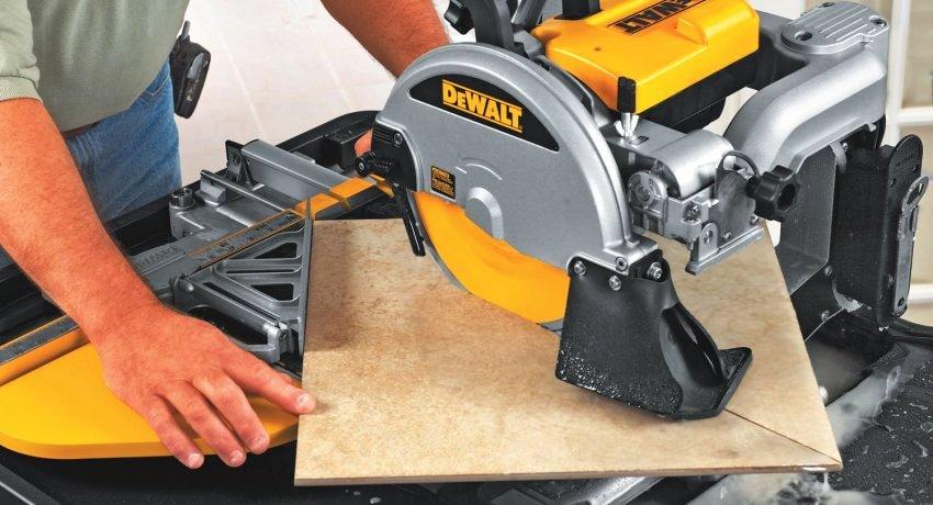 Станок DeWALT D24000 имеет два упора, что повышает точность резов и дает возможность резки под углом 45 градусов без предварительной разметки материала