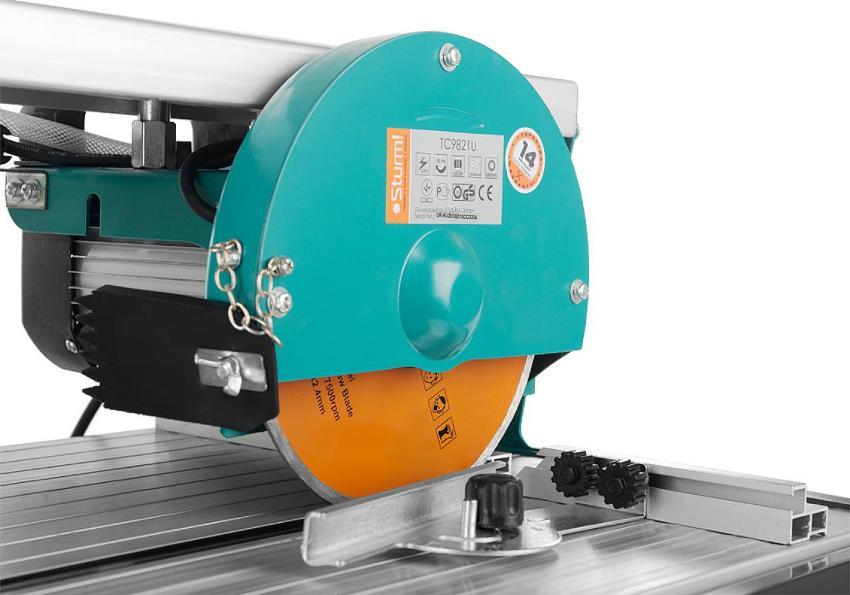 Более надежным и качественным является плиткорез электрический с водяным охлаждением, мотор которого размещен в верхней части инструмента