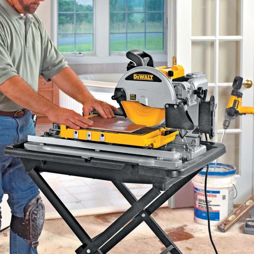 Во время процесса резки давить на плитку надо с определенным усилием, оно будет зависеть от ее состава, толщины и плотности
