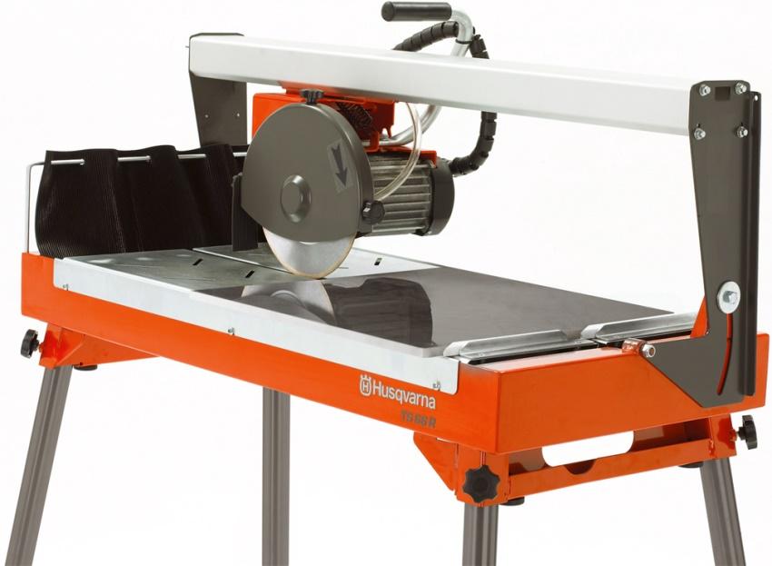 Для работы с тяжелыми материалами важна прочность станины, определяющая общий вес электрического станка