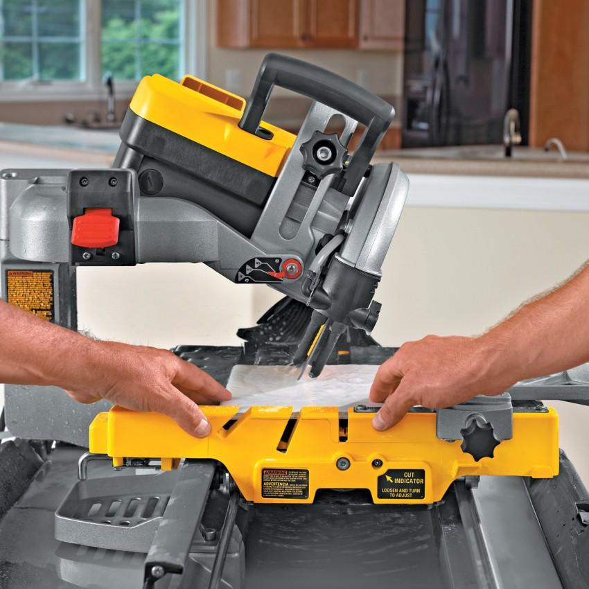 Используя электрический плиткорез, можно придать кафелю практически любую форму, но не стоит забывать, что цена такого оборудование достаточно высока