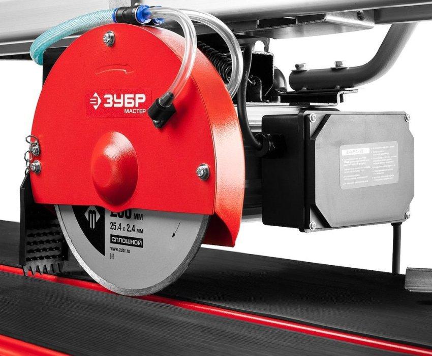 ЗУБР ЗЭП-800С — это достаточно мощный электрический плиткорез для резки различных видов керамической облицовочной, тротуарной и напольной плитки