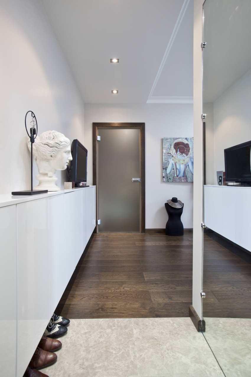 Чтобы сэкономить пространство узкого коридора, мебель нужно выбирать глубиной не более 45 см