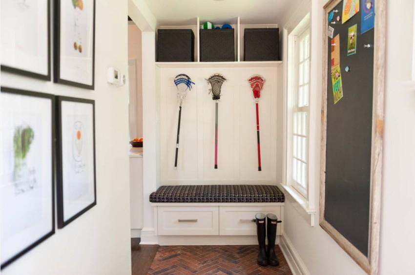 Для обеспечения в современной прихожей большего простора следует применять светлые отделочные материалы и устанавливать светлую мебель