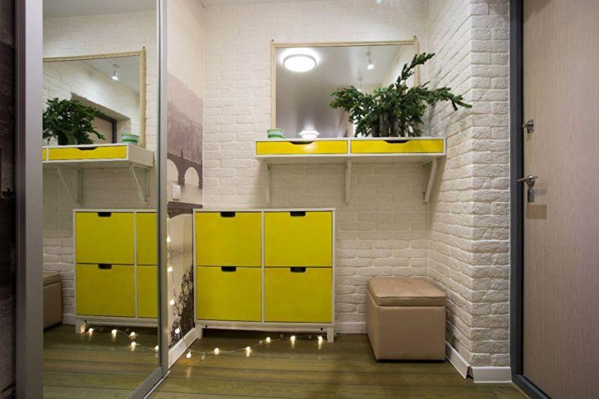 Узкая прихожая может включать скрытую мебель, которая монтируется в стены, это позволяет не только сэкономить место, но и сделать коридор более удобным и функциональным