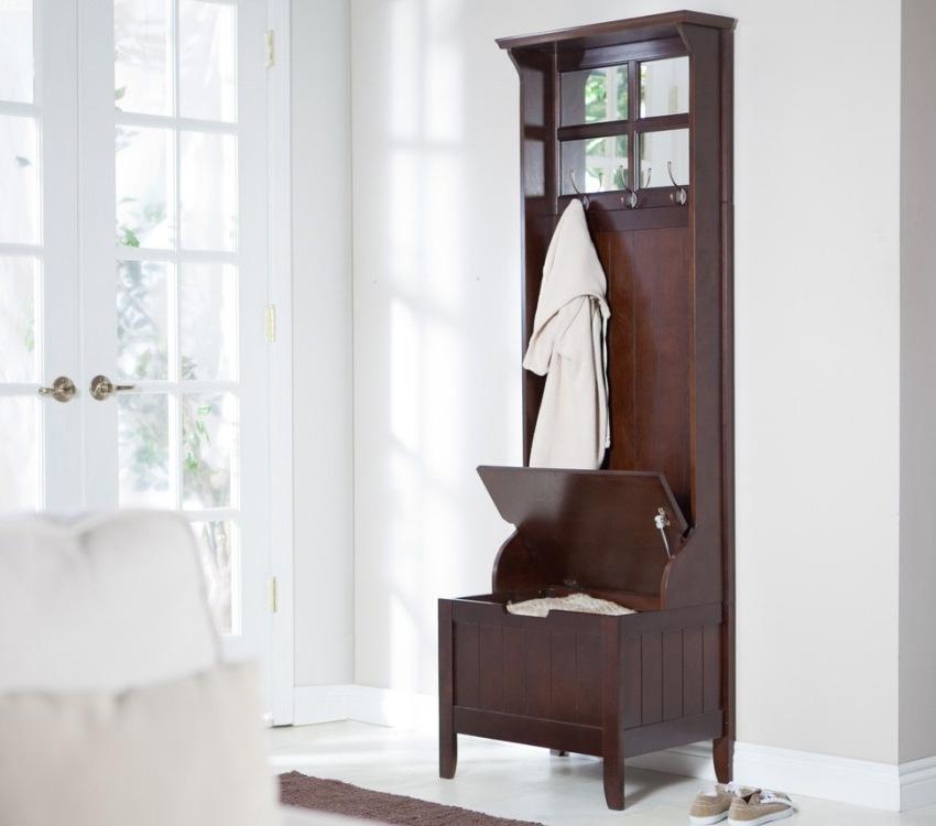 Мобильный открытый шкаф в классическом стиле впишется в любую прихожую квартиры или частного дома