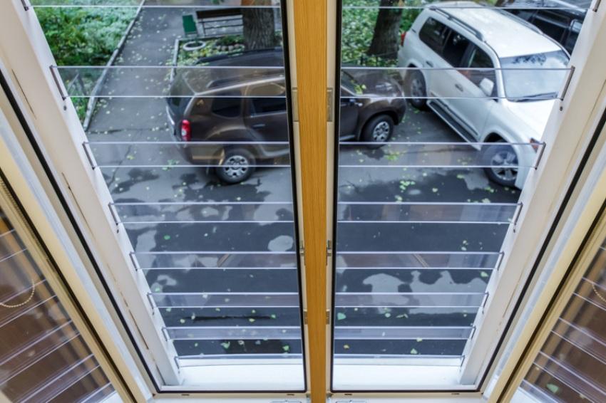 Ламели поликарбонатной решетки располагаются параллельно на некотором расстоянии друг от друга