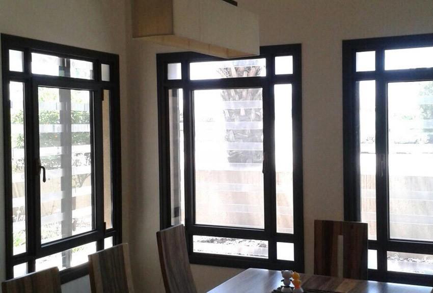 Пластиковые оконные решетки могут монтироваться как на окна, так и на двери, что особенно актуально для офисных помещений