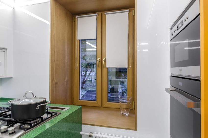 Прозрачные решетки незаметны в оконном проеме, поэтому не испортят интерьер комнаты, в которой они установлены