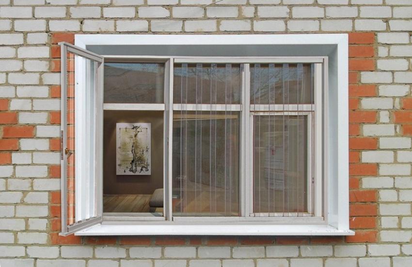 Установка вертикальных поликарбонатных решеток позволит сделать створку окна распашной, чего не могут обеспечить горизонтальные модели