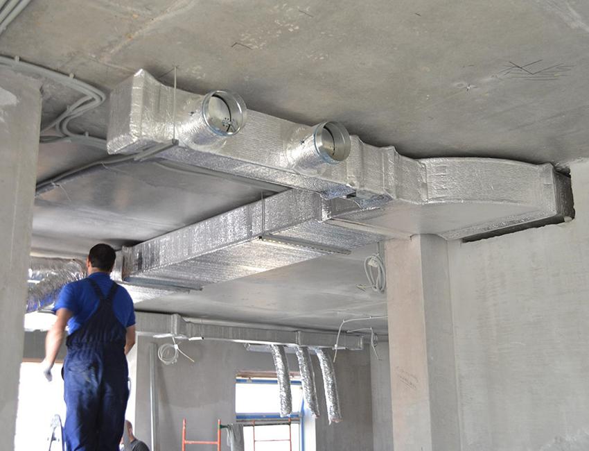 Процесс монтажа воздуховода в помещении