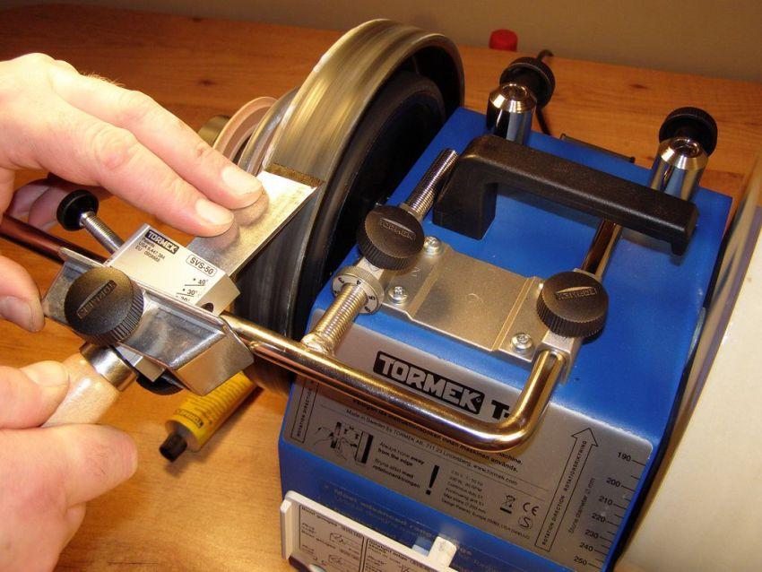 Чтобы предупредить появление на точеных деталях задиров и сколов, важно использовать правильно заточенные резцы