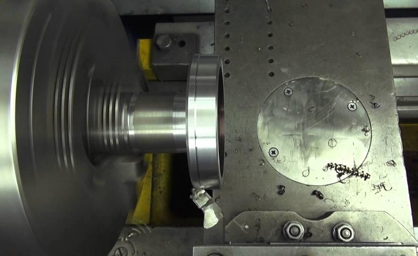 Подрезной отогнутый резец по металлу для токарных станков в работе