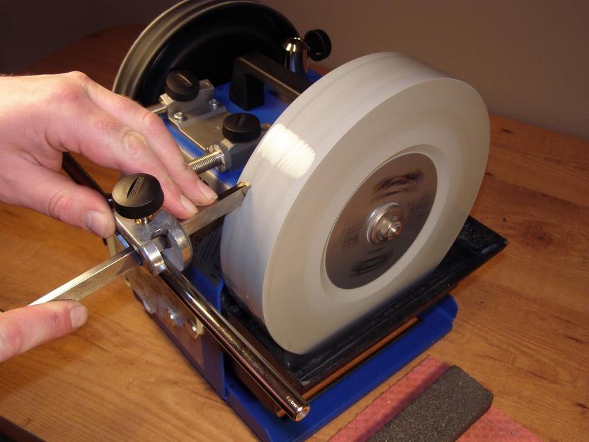 Заточка резцов для токарного станка, предназначенных для работы по металлу, является очень важным процессом, выполнять который следует правильно