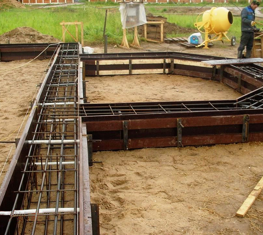 Если грунтовые воды залегают довольно высоко, то при возведении такой конструкции нет нужны делать дополнительные отводы