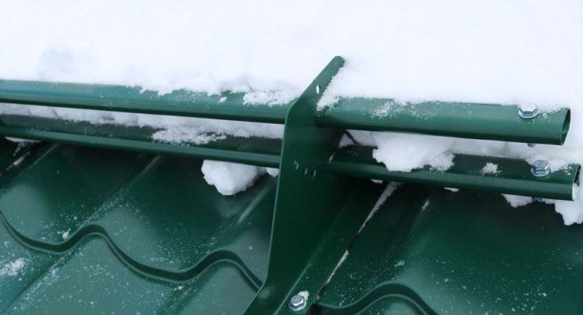 Снегозадержатели на крышу: классификация, особенности применения и монтажа