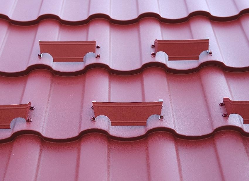 Пластинчатые снегоудержатели используются на крышах с небольшим уклоном