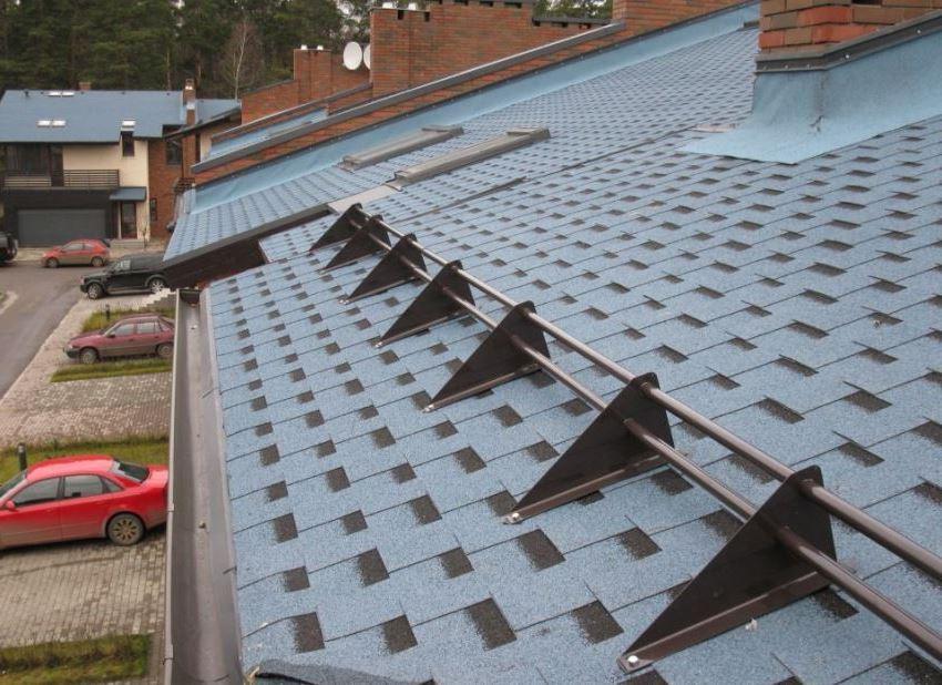 Трубчатые конструкции снегозадержателей редко используют на крышах с мягким покрытием