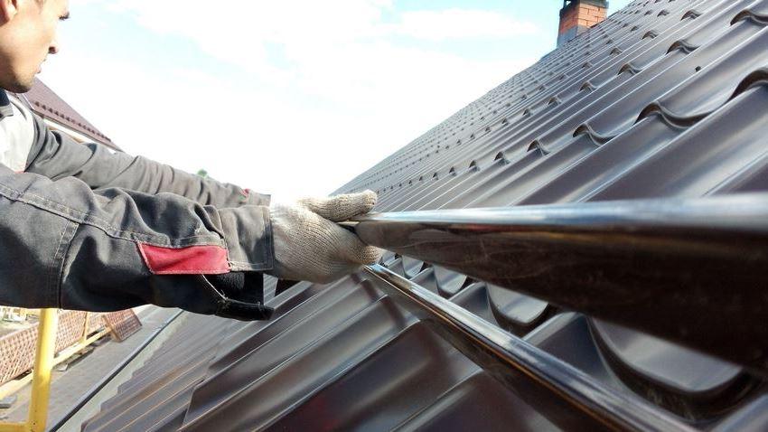 Монтаж снегозадержателей возможен как на этапе кровельных работ, так и на уже готовую крышу
